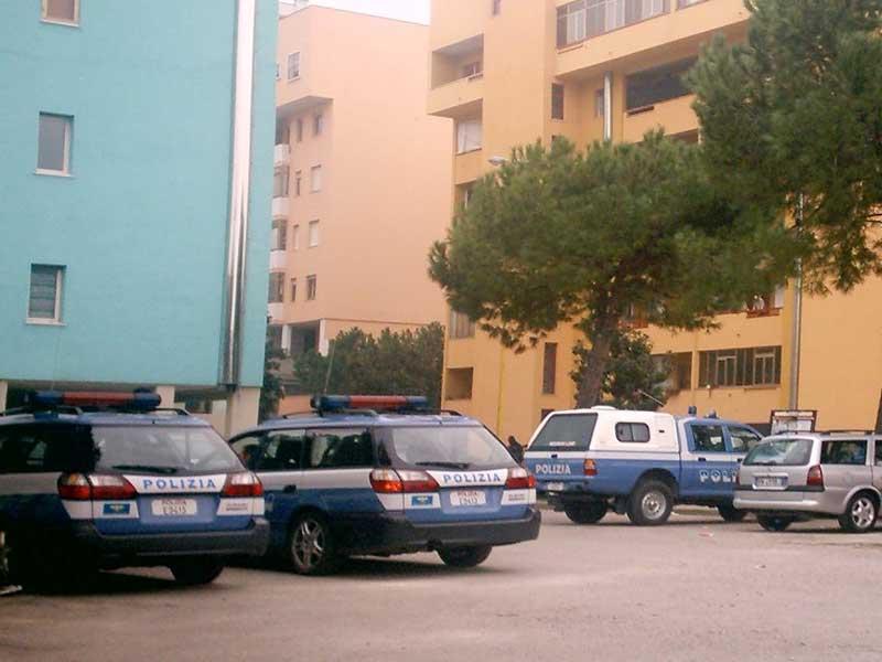 Le auto della Polizia durante il blitz nel quartiere Annunziata