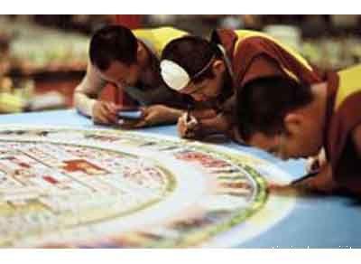 La creazione di un mandala, enorme dipinto realizzato con sabbia colorata