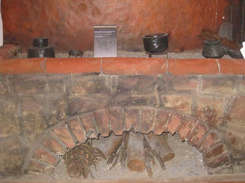 Riproduzione di un'antica cucina romana: le pentole venivano poste sui un piano di carboni ardenti