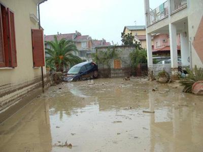 Un'immagine scatta a Tortoreto nei giorni successivi all'alluvione del 7 ottobre 2007