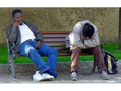 La diffcoltà a trovare un lavoro e la mancanza di un'assistenza sociale adeguata può portare gli immigrati sulla via dell'illegalità
