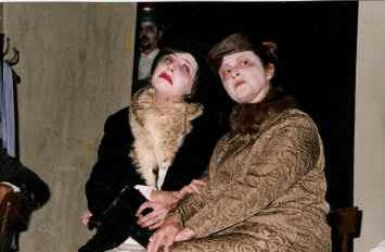 La compagnia Liberi Teatranti di Cupramarittima in Questi fantasmi, di Eduardo De Filippo