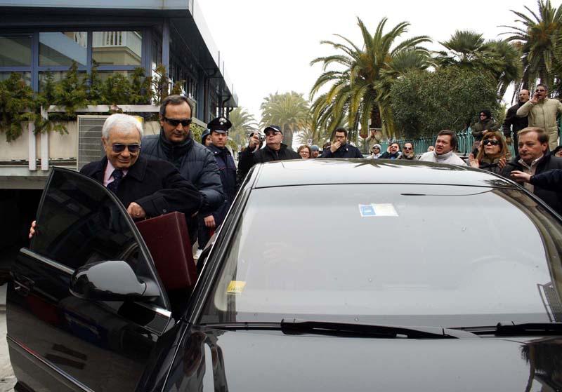 Aristide Malavolta esce dall'hotel Arlecchino scortato dalle forze dell'ordine dopo una conferenza stampa a San Benedetto