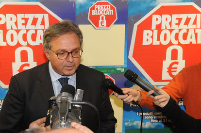 Gian Mario Spacca, Presidente della Regione. Dietro il lucchetto che segnalerà i prodotti con il prezzo bloccato fino ad agosto 2008