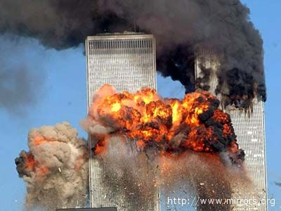 L'impatto degli aereplani dirottati sulle Twin Towers, l'11 settembre 2001