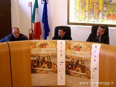 Dalla sinistra: Nando Ciarrocchi, don Francesco Ciabattoni e il sindaco Bruno Menzietti durante la presentazione delle iniziative connesse al Venerdì Santo