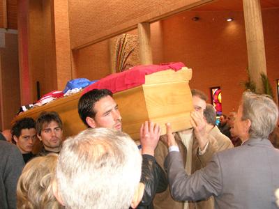 La bara di Cesare Medori alla conclusione dei funerali