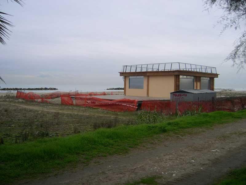 Uno stabilimento balneare in costruzione a Martinsicuro