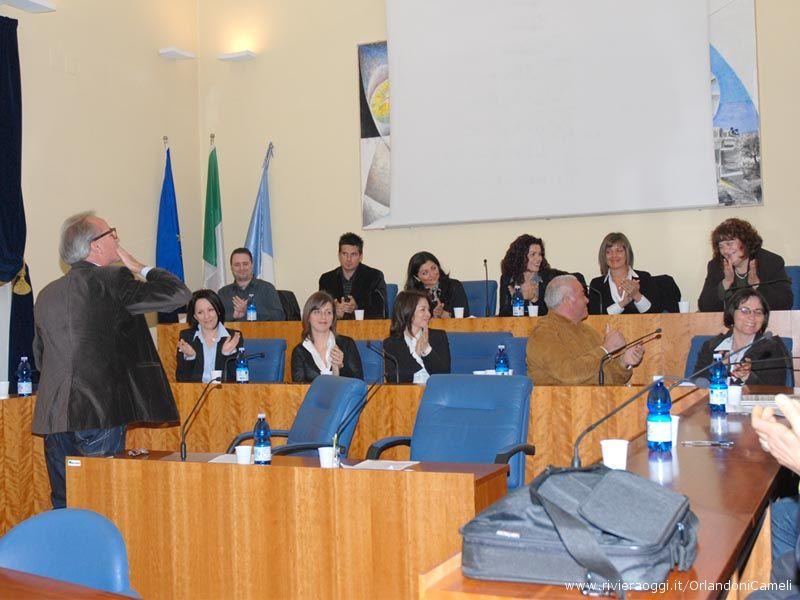 Il candidato Sindaco Sandro Mariani lancia un bacio a Matilde Menicozzi alla fine del suo discorso