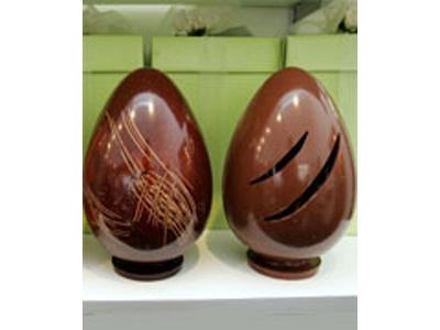 L'uovo con gli squarci creato da Guido Gobino