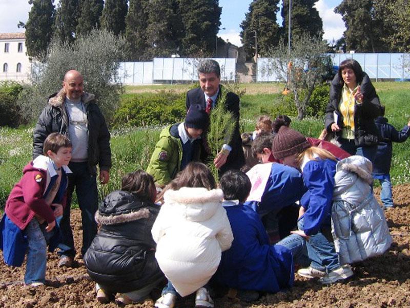 I bambini piantano il Bosco dell'Allegria