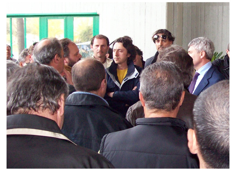 Il sindaco Gaspari (al centro a sinistra) circondato dai rappresentantidi categoria.