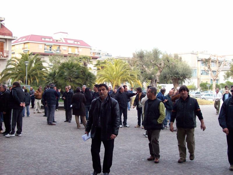 I volgolari si stanno riunendo nella piazza antistante il Comune. Al centro: Giovanni Di Mattia.