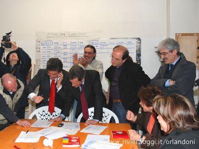 Luigi Merli festeggia la rielezione nella sede di Solidarietà e Partecipazione; vicino a lui militanti e simpatizzanti e anche il presidente della Provincia Massimo Rossi
