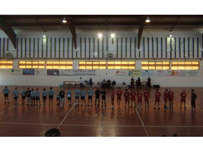 Le due squadre schierate prima dell'inizio della partita