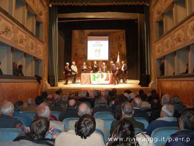 La folta assemblea intervenuta al Teatro Mercantini per la campagna elettorale del Pd