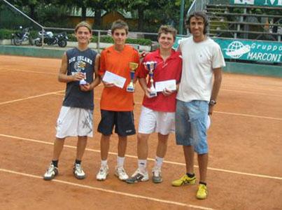 Il direttore sportivo Marco Milani con alcuni ragazzi del Maggioni