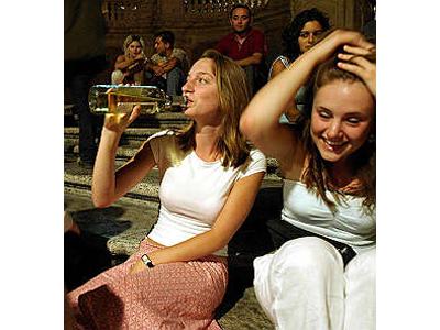 Cresce il consumo di alcol fra i giovani (foto tratta da www.repubblica.it)