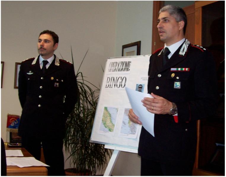 Il tenente Massimo Di Lena e il capitano Giancarlo Vaccarini mentre illustrano i particolari dell'operazione