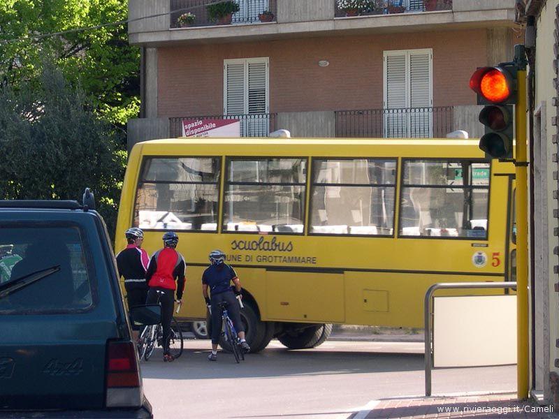 Dopo essere passati col rosso, altri ciclisti rimangono in mezzo alla strada, i veicoli quasi li sfiorano