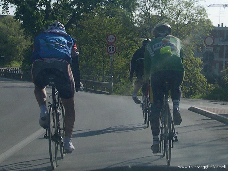 Ciclisti in fila per due alla fine della Valtesino: non si vedono minori di 10 anni
