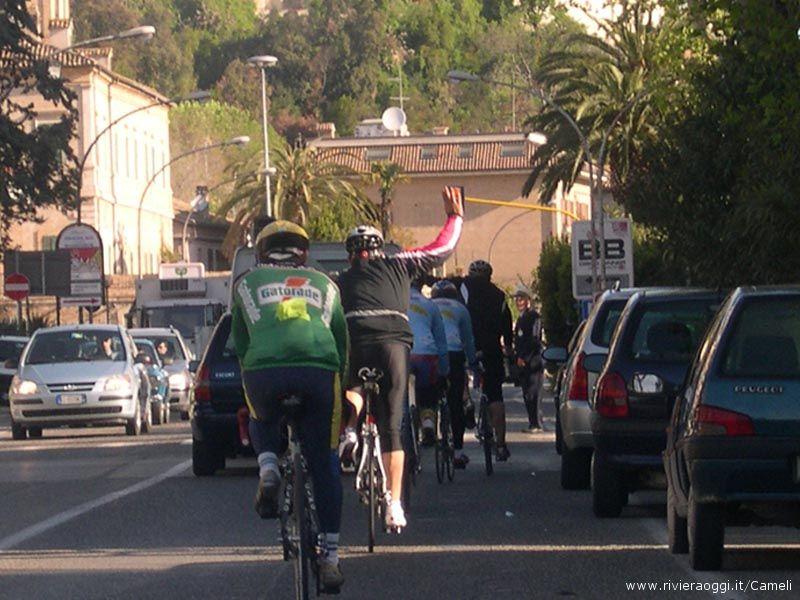 Slalom di bici fra il traffico mattutino al centro di Grottammare