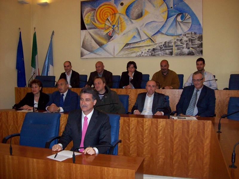 Luigi Merli (al centro) insieme alla nuova Giunta Comunale.