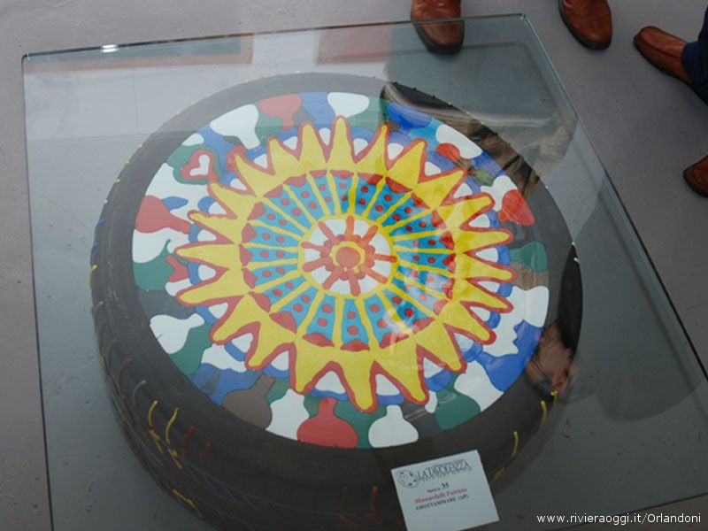 Sempre fuori dagli schemi l'arte di Patrizio Moscardelli che espone due pneumatici dipinti