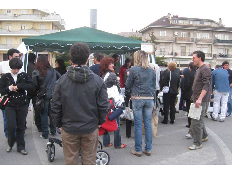 Persone in fila in attesa di firmare