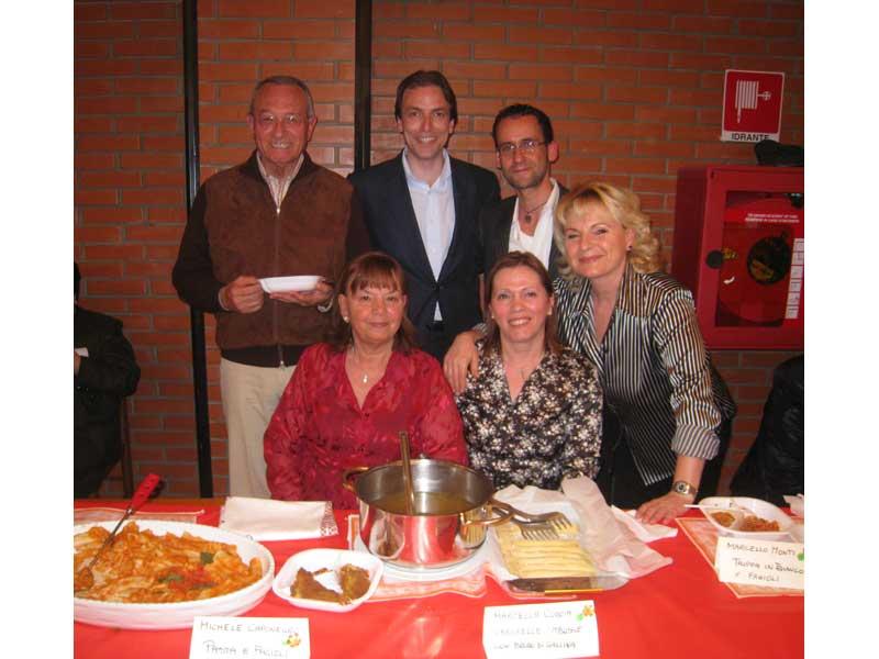 Il sindaco Di Salvatore, l'assessore Vagnoni e Massimo Clementoni insieme ad alcune donne che hanno partecipato con le loro pietanze al