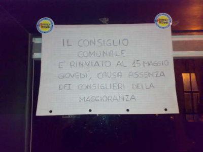 L'avviso sulla porta della sala consiliare, affisso dal gruppo di minoranza di Città Attiva