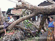 La Birmania piegata da un ciclone devastante