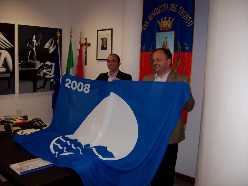 Giovanni Gaspari (sulla destra) mostra la Bandiera Blu 2008 assieme all'assessore Canducci