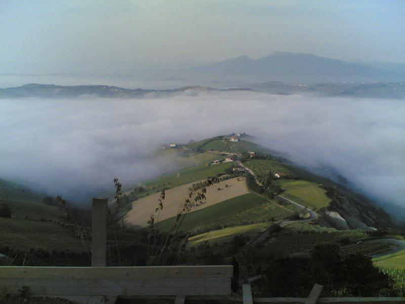 La Val Tesino coperta dalla nebbia in una insolita mattinata di fine maggio