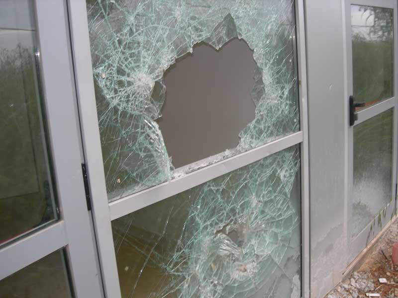 Un vetro rotto in una delle finestre dell'edificio del Polo Didattico