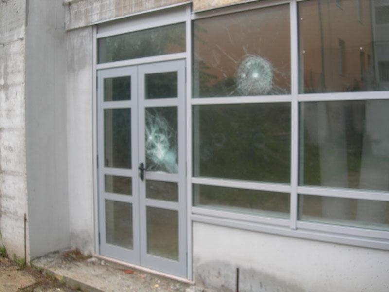 Vetri infranti nell'ingresso dell'edificio