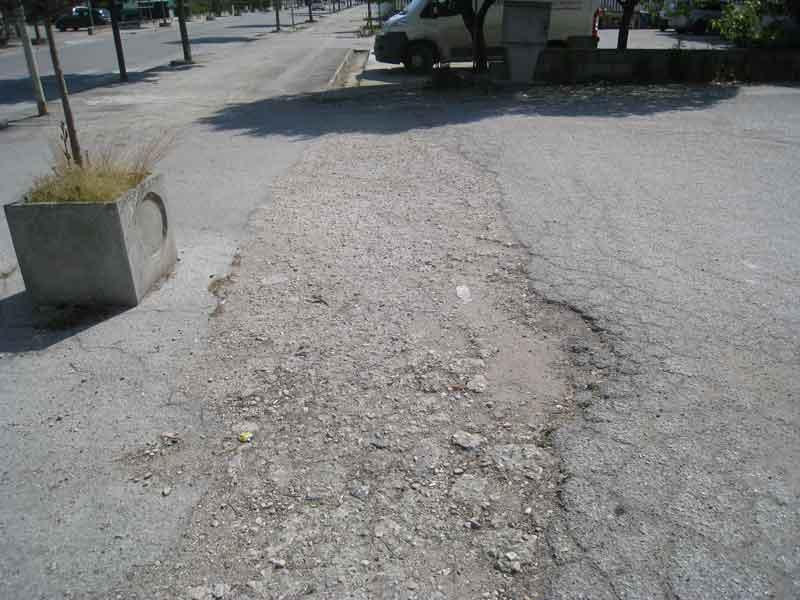 Buche lungo i marciapiedi di San Giovanni, che da anni attendono di essere sistemati
