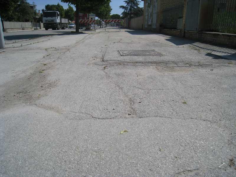 Un tratto sconnesso di marciapiede nel quartiere di San Giovanni di Colonnella
