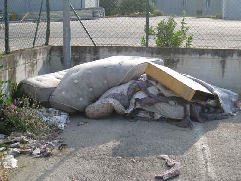 Rifuiti ingombranti nella zona industriale di Vallecupa, abbandonati da mesi lungo la strada
