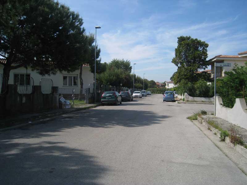 Via MAttarella e la scuola elementare, nei pressi della quale si è consumato lo stupro