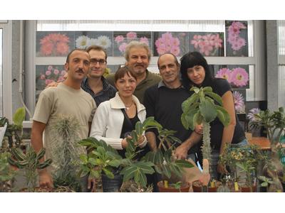 Alcuni degli organizzatori con degli esemplari di piante grasse