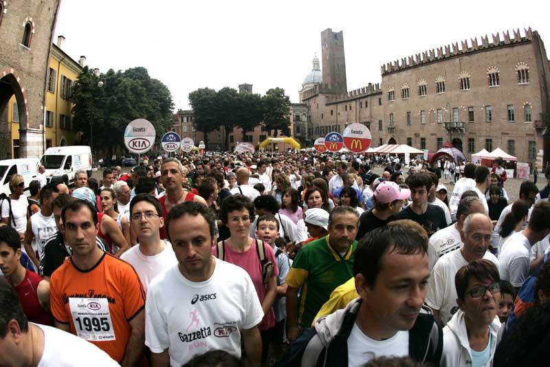 La partenza di una tappa della Gazzetta Run