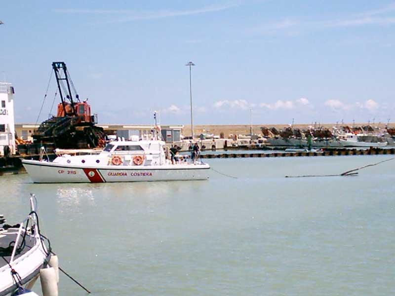 La Guardia Costiera traina un tronco recuperato in mare e ritenuto pericoloso per la navigazione