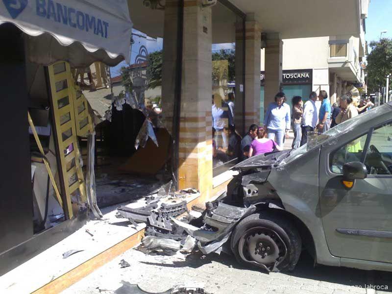L'auto poco dopo l'urto con la vetrata della Banca Picena Truentina
