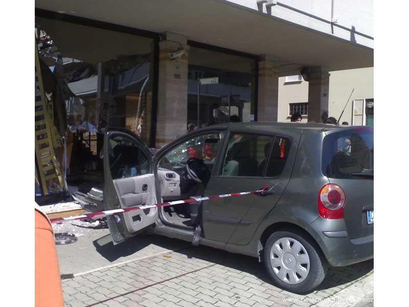 L'auto poco dopo lo scontro con la vetrata della Banca Picena Truentina