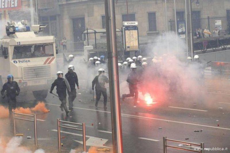 Scontri a Bruxelles fra Polizia e pescatori esasperati per il caro gasolio