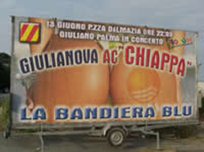 Il cartellone che pubblicizza il conseguimento della Bandiera Blu
