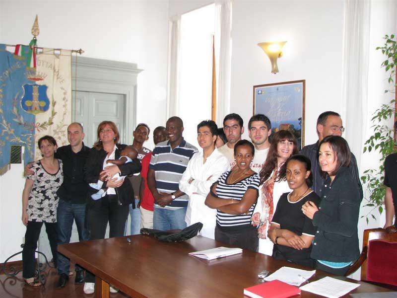 Alcuni partecipanti all'incontro per la Giornata Mondiale del Rifugiato che si è tenuta a Grottammare