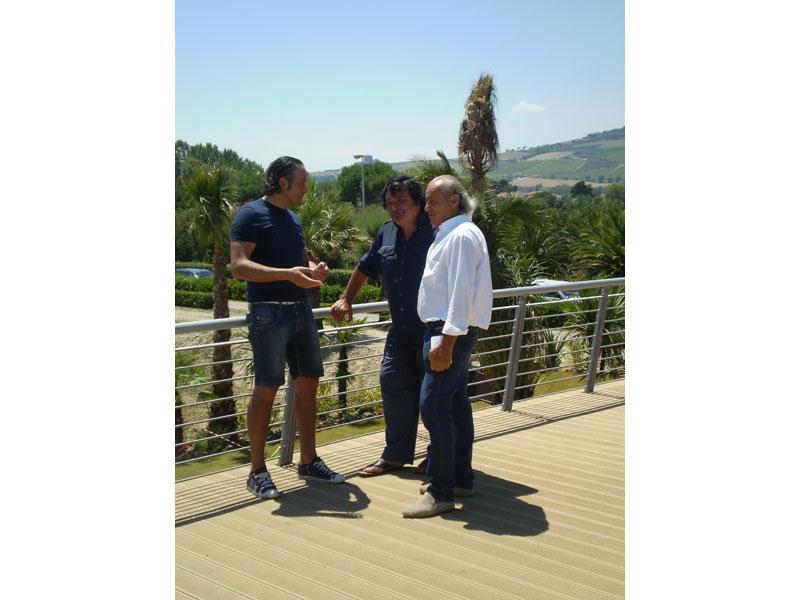 Umberto Smaila sulla terrazza dello chalet a Martinsicuro, con il socio Berardo Di Battista e l'imprenditore Norman Di Giuseppe