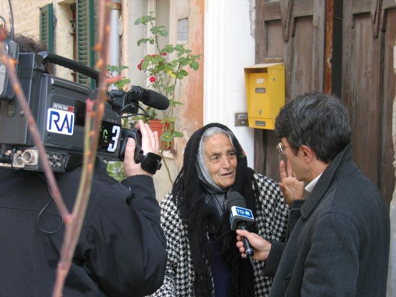 Casilde rilascia un'intervista sul Tarpato, il fratello pittore Giacomo, alle telecamere di Rai Marche